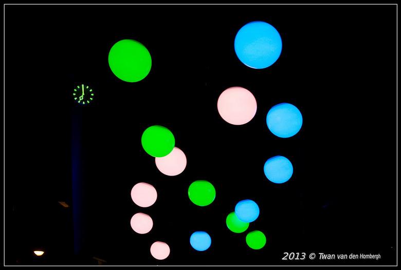"""Glow 2013,Lichtgevende bollen.jpg - Glow 2013 opname van lichtgevende slingerende bollen. In random patroon. Project van Ivo Schoofs.""""Large Pendu"""