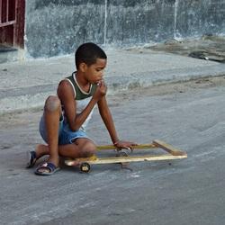 Spelend kind in Cuba