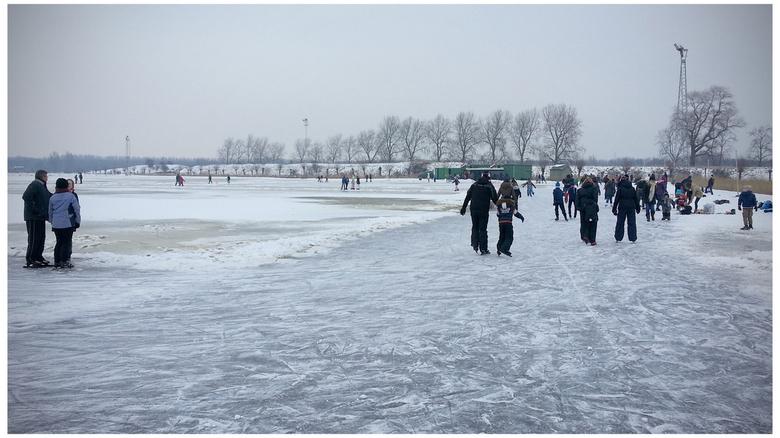 Nova Zembla 25-01-2013 - Nog even snel voor de dooi haar intrede zou gaan doen, hebben we nog even de ijzers onder gebonden. De locale ijsbaan was die