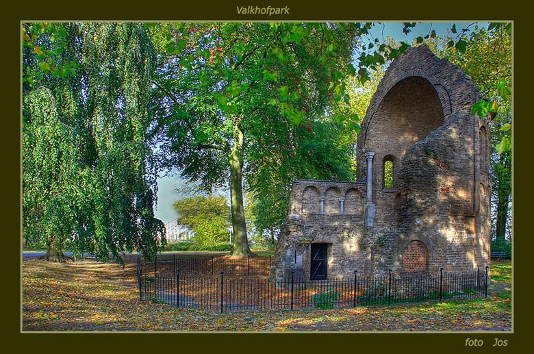 Nijmegen 4 (HDR) - Deze oude ruine staat ook in het Valkhofpark. Aangezien deze ruine onder hoge en vooral dichte bomen staat is het er erg donker. Ik