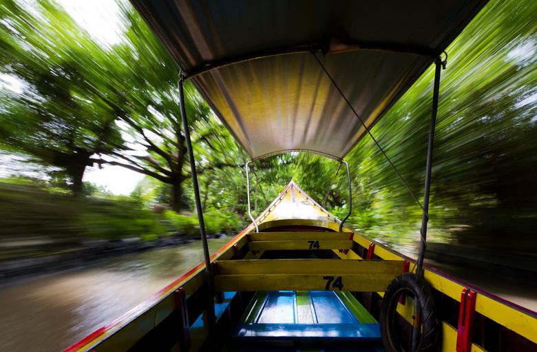 Longboat speed - Hoort er ook bij, varen met de longboat. In dit geval richting de drijvende markt.