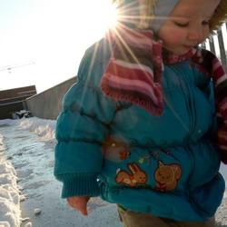 Sneeuw op het balkon onder een felle zon