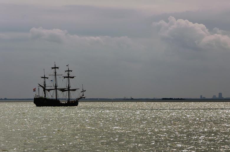 De Souverein - De Souverein op het markermeer bij Volendam.<br /> Recht is de Carlton Tower te zien.