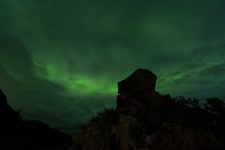 Noorderlicht achter een hoofdvormige rots op de Lofoten - Deze foto schoot ik begin augustus op de Lofoten. Eigenlijk was de foto niets meer dan een t