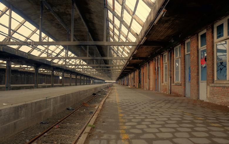 Montzen Gare - 1 - Een beeld van het oude verlaten station van Montzen - België. De treinen en passagiers zijn vertrokken, wat blijft zijn herinnering