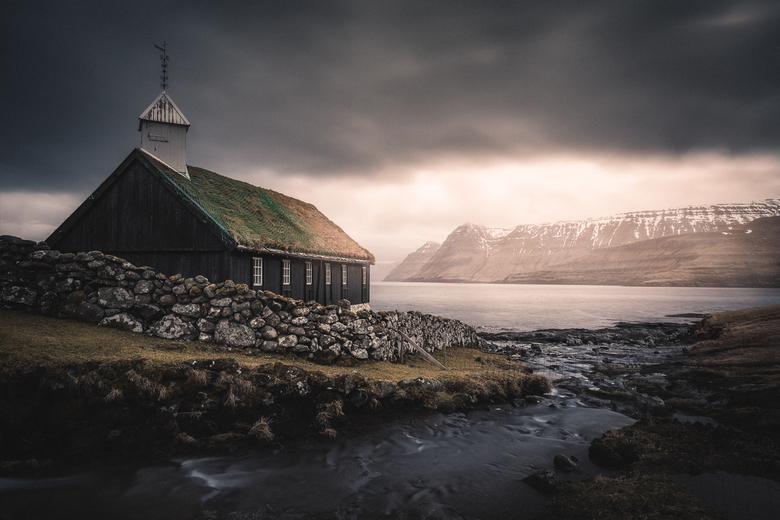 Funningur Church - The Faroes. Prachtig licht komt te voorschijn op een ochtend die er op het eerste zicht weinig belovend uit zag.