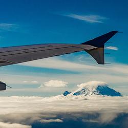 Bergtop boven de wolken