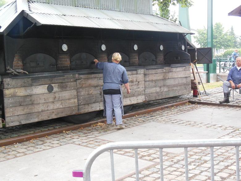 mobiele bakkersoven - in deze mobiele bakkersoven worden de broden van de vorige foto gebakken. de oven is jaarlijks in werking te zien bij de Maritie