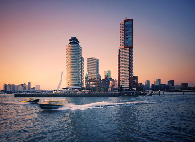 Rotterdam - Het zijn zwoele avonden; bij en op het water is verkoeling. Met de watertaxi is het goed toeven op het water.
