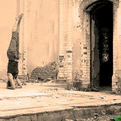 Yoga pose in oude abdij