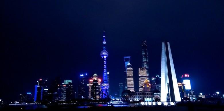 De bund at night  - De Bund in Shanghai is een hele bijzondere plek. De vormen van alle gebouwen zijn zo bijzonder. Het licht benadrukt de vormen en h