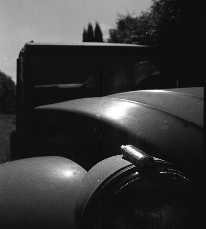 2CV - Canon F1 24mm Lompgraphy ladygray. 02 oude eend vergeten in het gras