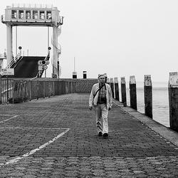 Eenzame wandelaar bij de kade