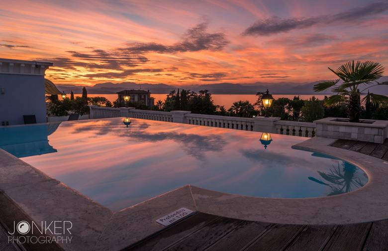 Rooftop view - Ons hotel aan het Gardameer, gezien vanaf het dak. We waren aan het genieten van de zonsondergang, maar de lucht leek wel in brand te s
