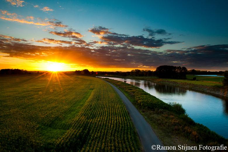 Maasgebied Limburg - Zonsondergang over het Maasgebied bij Stein in Limburg.