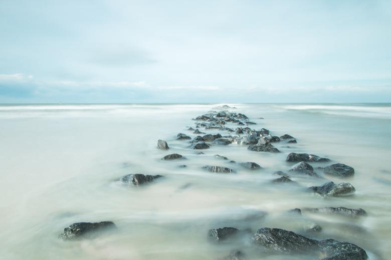 Aan de kust - Tijdens ons uitje naar Texel even kunnen spelen met lange sluitertijd. Al staande op een grote steen terwijl het water om ons heen klots