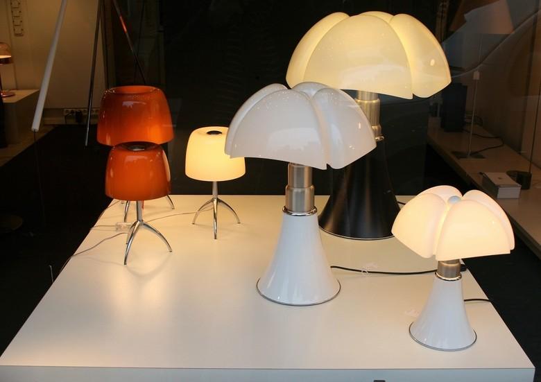 Lampen - Ik vind ze prachtig! Gewoon op een tafeltje in de etalage (van een lampenzaak, dat wel).