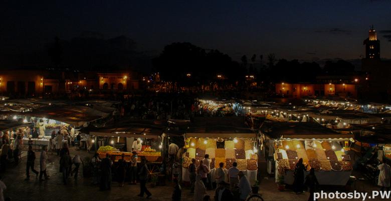 Djemaa el Fna - Al weer een oudere foto, maar wel eentje met een waardevolle herinnering.<br /> <br /> Misschien wel het mooiste plekje van Marrakes