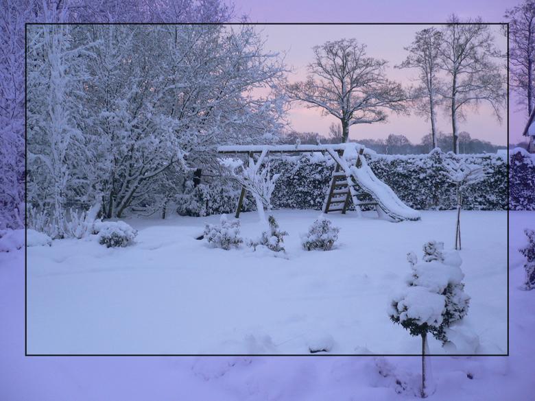 Sbeeuw in Maart - dik pak sneeuw in de tuin op maartse ochtend. Vooral het roze opkomende zonlicht spreekt me zeer aan.