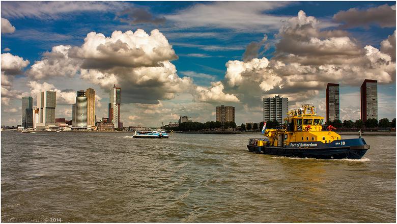 Port of Rotterdam - Wederom een skyline van Rotterdam, met een een aardig wolkenspel erachter.