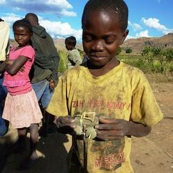 2013 Madagascar kind met auto.JPG