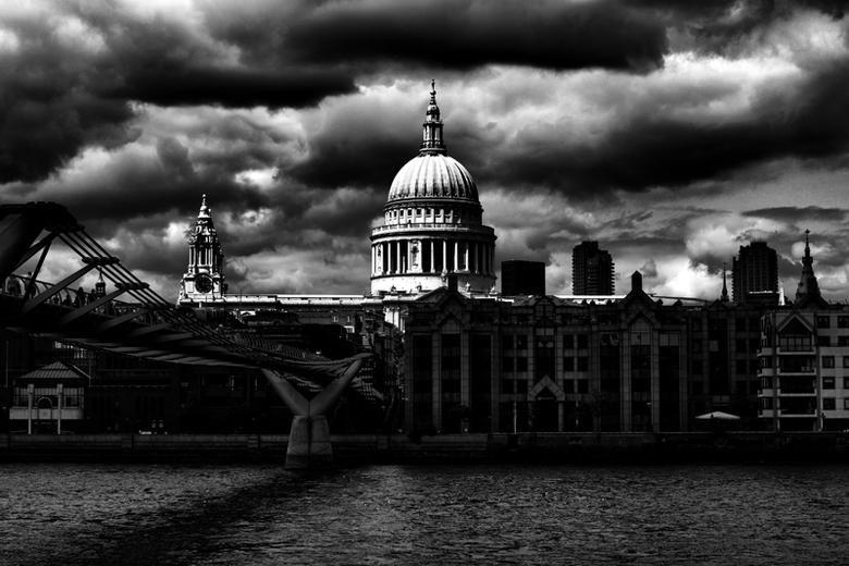 Sun on St Pauls - Was een bewolkte dag in London, tot de zon ineens een gat gevonden kreeg tussen de bewolking en deze recht op St Pauls Cathedral vie