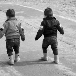 Broertjes aan het wandelen in Noordwijk aan Zee