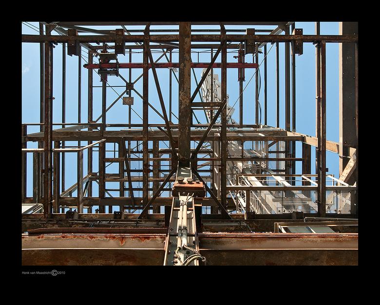 Duisburg 53 - De windmolen van onderaf bezien.Hoezo een drukke constructie.