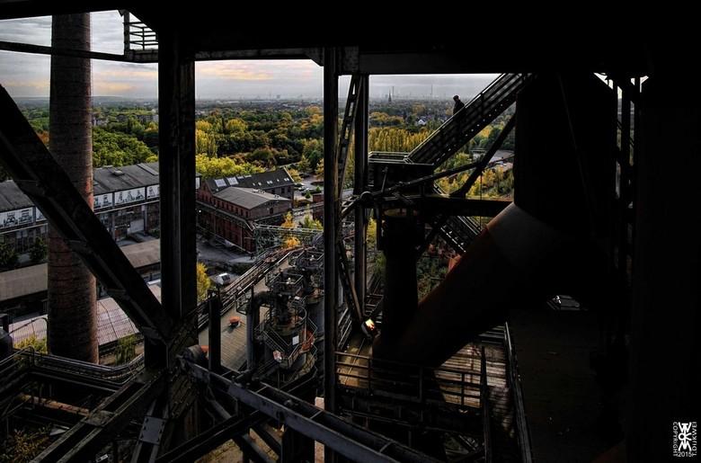 Op Eenzame Hoogte - Een man op de trappen van een oude staalfabriek in Duisburg.<br /> <br /> Het is daar niet voor mensen met hoogtevrees... <img