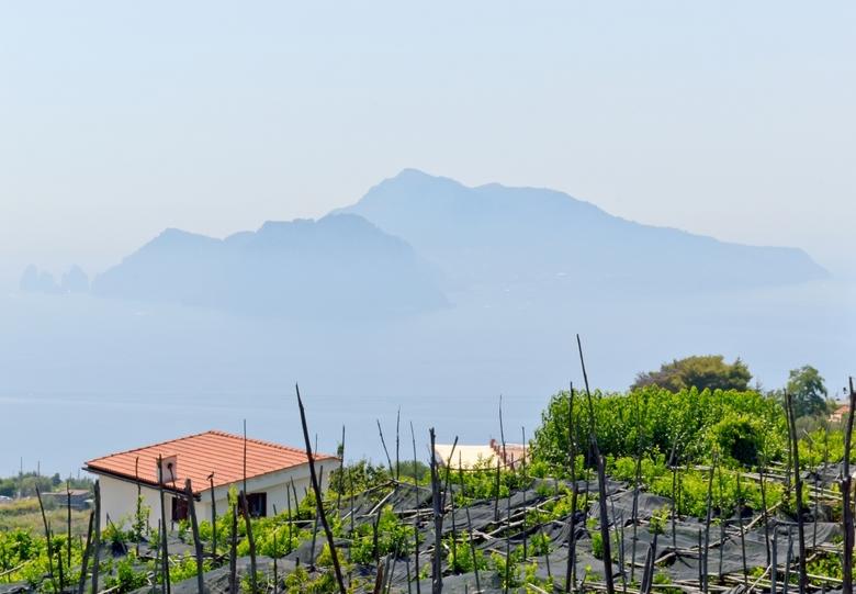 Skull Island - Het eiland zo in de mist deed me denken aan Skull island uit de film King Kong. Dit is alleen zomaar een eiland langs de Amalfi kust