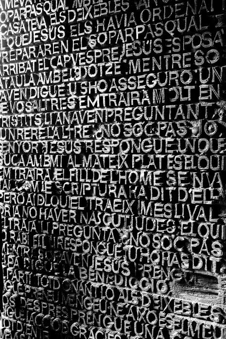 Sagrada Familia Passion Door - Deur bij de Sagrada Familia, Barcelona. Met 8.000 bronzen letters maken samen het nieuwe testament.<br /> <br /> Cano