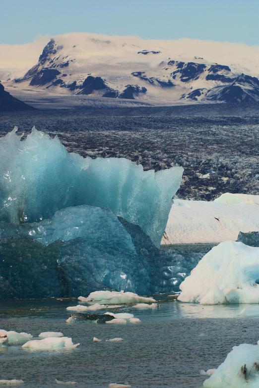 Gletsjermeer - Het gletsjermeer Jokülsarllon in IJsland. Het felle blauwe van het ijs krijg je als het ijs sinds lange tijd aan de zon bloot gesteld w