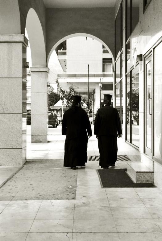 Griekse priesters - Twee priesters in Sparti, net op een moment gesnapt dat er geen andere mensen liepen....