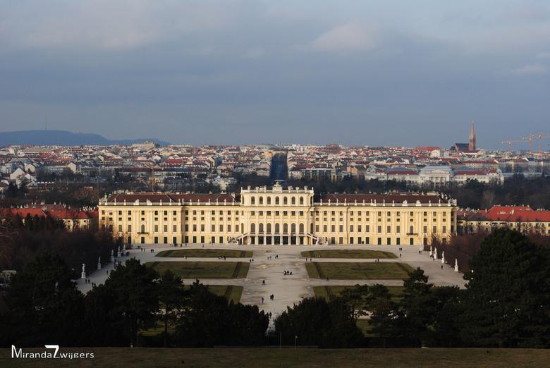 Schloss Schönbrunn - Uitzicht over de stad Wenen met daarvoor kasteel Schönbrunn, het zomerkasteel van Sissi. De foto is gemaakt in februari in de hog