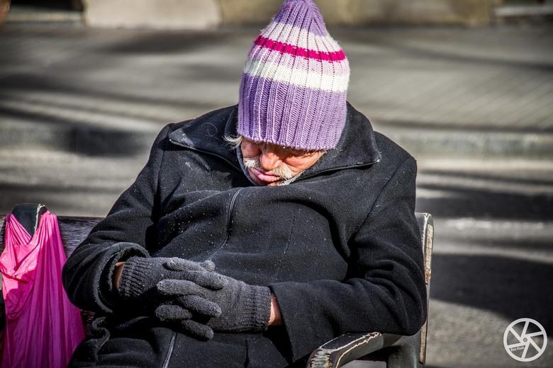 Slapen op la Rambla - Een drukte van jewelste op la Ramla in Barcelona, maar deze man deed onverstoord een dutje.  (Let op de kleding. Volop zon en 18