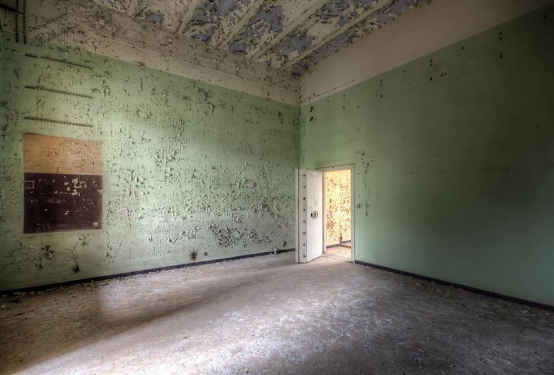 Lichtinval - Een verlaten en zeer vervallen oud kazerne met een aantal prachtige ruimtes waarin deze zwaar beveiligde kamer.