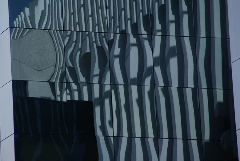 Reflectie - Reflectie in een raam. Lissabon.