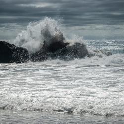 Opspattend water, ocean, rotsen. Nieuw Zeeland