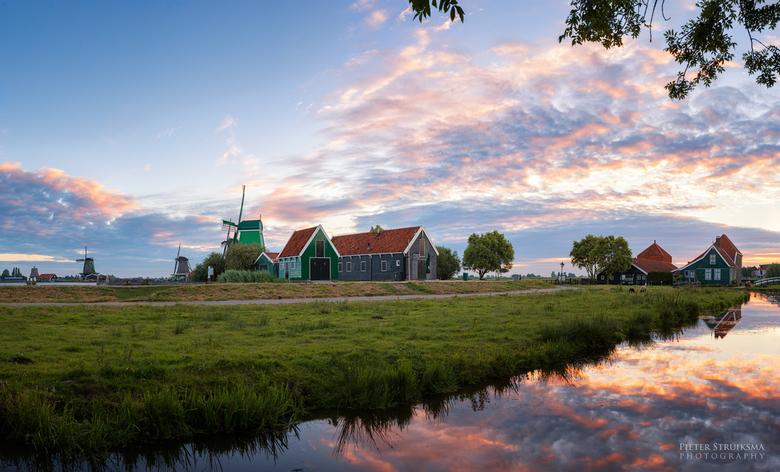 Hallo Nederland - Zaanse Schans 7-augustus-2016 06:24<br /> Nikon D800 -- Nikon 16-35mm f/4.0 -- f/11 -- 1/8s -- ISO100<br /> Een panorama van 5 opn