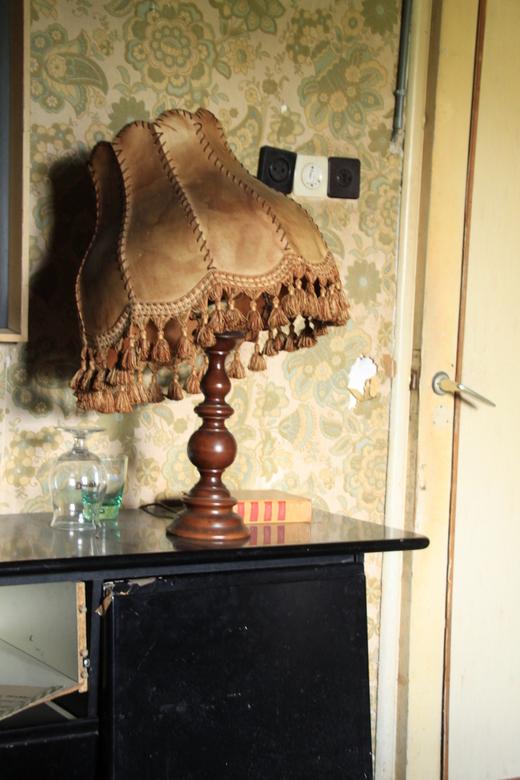 Cafe ons moe - Oude lamp in een verlaten cafe (cafe ons moe) ergens in belgie