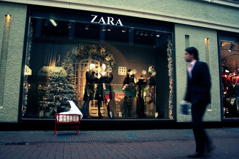 Een Wieg op de Kalverstraat - Deze foto is genomen voor een kerstproject van de christelijke gemeente &quot;Zolder50&quot; in Amsterdam. <br /> <br /