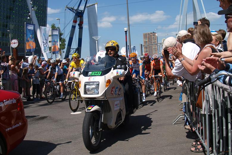 Ceremoniële start van de Tour - De ceremoniële start van de Tour de France op de Erasmusbrug.<br /> Er gaan in de tour meer auto&#039;s mee dan wielr