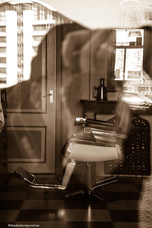 Kapper op het dorp - Deze kapper is hier al jaren.. Generaties hebben al in deze stoel gezeten.. <br /> Spiegeling en reflecties een hoop in deze fot