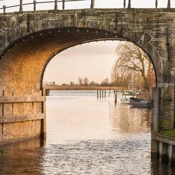 doorkijkje onder brug