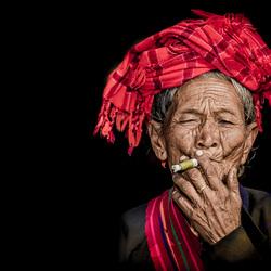 rokende birmavrouw