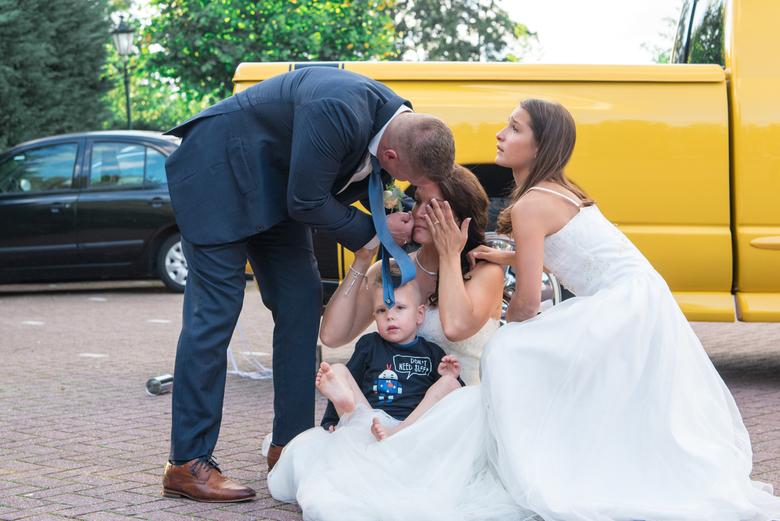 Bruiloft met een traan en lach - Na het oplaten van een ballon voor hun te vroeg geboren en helaas overleden kindje deelden Mandy en Dennis dit mooie