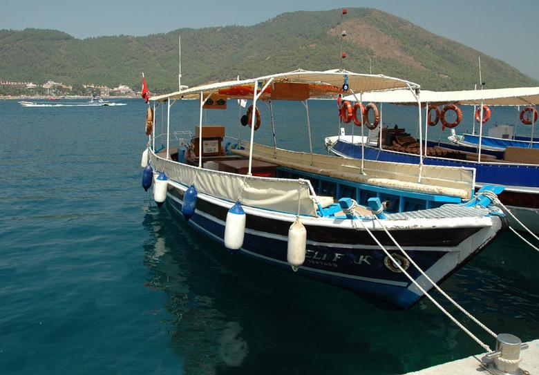 Port Içmeler. - Een kijkje van op de kade van de haven een typische toeristen boot met aan beide zijden banken.<br /> <br /> bedankt voor jullie rea