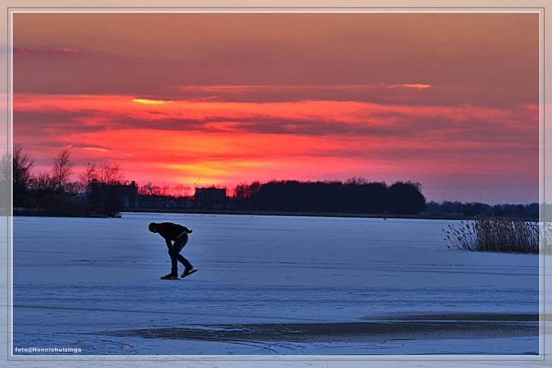 Ondergaande zon  - Ondergaande zon.<br /> <br /> Ondergaande zon met een schaatser.<br /> Was bij de Rietplas te Emmen.<br /> Was er wel koud bij.