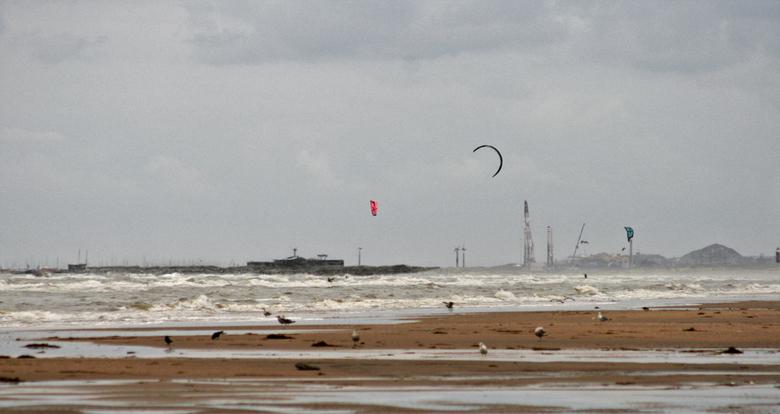 Van Zandvoort naar IJmuiden. - Met de telelens gemaakt en dan komt IJmuiden toch verrekt dichtbij. Aan de horizon de pier en die heb ik met de bewerki