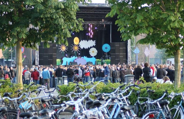 dance event Drachten - Hier een impressie van het eerste (gratis) dance event in Drachten op 21 juni jongstleden.<br /> <br /> gr. Rob